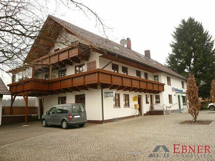 Sehr geräumiges Wohnhaus mit zwei vermieteten Gewerbeeinheiten in Neukirchen, Ldkrs. SR-Bogen