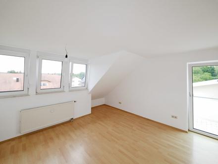 Helle 3-Zimmer-Dachgeschosswohnung mit Balkon und Außenstellplatz