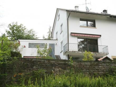 Entwicklungsfähige Haushälfte in Randlage (Südweststadt)