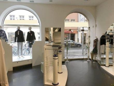 Große Schaufenster im EG mit verglastem Eingang
