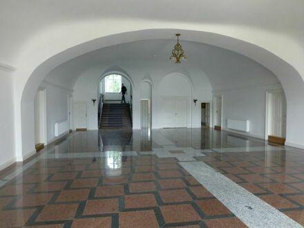 Imposante Eingangshalle nach historischer Vorlage