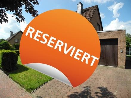 Zentral gelegen, mit schönem Grundstück - gepflegtes Zweifamilienhaus in Jever