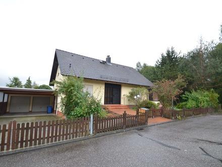 Einfamilienhaus mit großer Doppelgarage und Garten