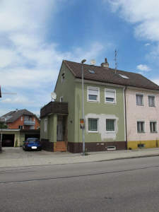 Renovierte Doppelhaushälfte, mit ausgebautem Dachgeschoß, Garage und Garten