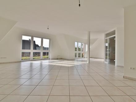 Lichtdurchflutetes Obergeschoss mit viel Platz, zwei Terrassen und zwei Garagen!