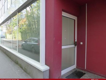 Außenansicht mit Großer Fensterfront