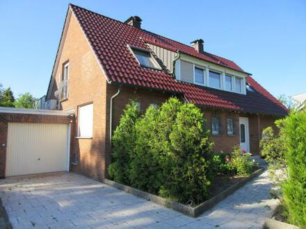 freistehendes Einfamilienhaus mit Schwimmbad auf einem 815 m² großen Grundstück.