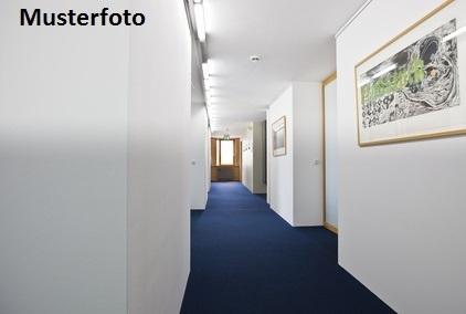 Wohn- und Bürogebäude mit Doppelgarage