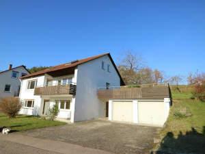 Einfamilienhaus mit Einliegerwohnung und 3 Garagen