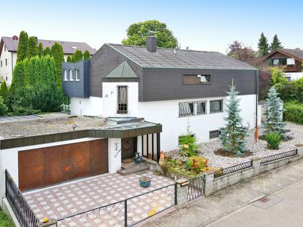 Sonniges Familiendomizil: Großes Einfamilienhaus mit Wintergarten, Garagen und bebaubarem Grundstück