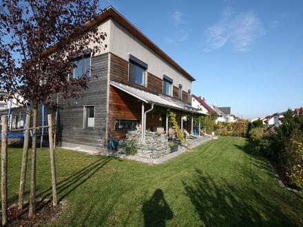 LAYER IMMOBILIEN Großes und helles Einfamilienhaus mit Carport in ruhiger Lage