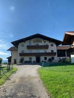*Nähe Chieming/Chiemsee: Mitten im Urlaubsgebiet: Chice, moderne Dachgeschoss-Wohnung im Bauernhof