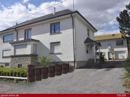 Freistehendes Zwei-/Mehrfamilienhaus mit Nebengebäude und großem Grundstück !