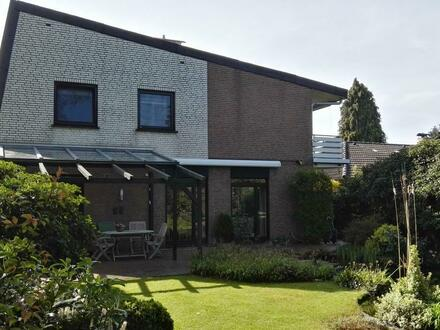Sehr attraktives Wohnhaus mit Vollkeller und Doppelgarage in Heide