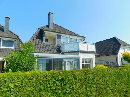 BAD ZWISCHENAHN: Neuwertige Eigentumswohnung in DHH mit Wintergarten und Carport, Obj. 4757