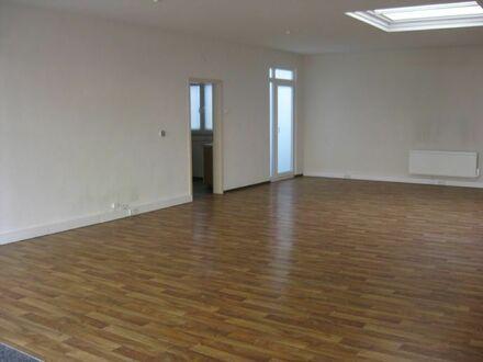 großer Raum mit Schaufenster und Dachfenster