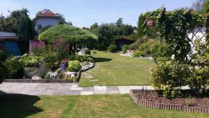 Baugrund inclusive: Gepflegte Siedlungshaushälfte mit herrlicher Gartenlandschaft