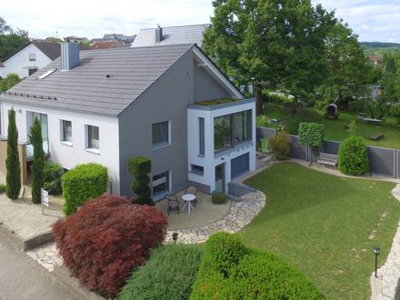 Beeindruckendes, hochwertig saniertes Einfamilienhaus mit Garten und Doppelgarage