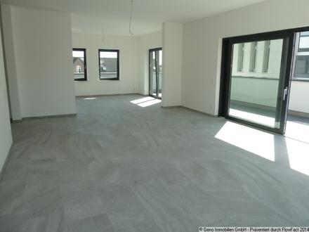 Arbeitsbereich und Küche mit großen Fensterfronten