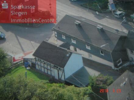 Großes Wohnhaus mit Garten, Garagen und Stellplätzen in Siegen-Eisern