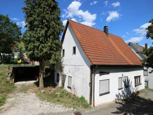 Kleines Wohnhaus mit Carport