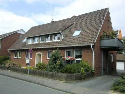 Schöne 2-3 Zimmer-Hochparterrewohnung mit Balkon im gepflegten 4 Parteienhaus .