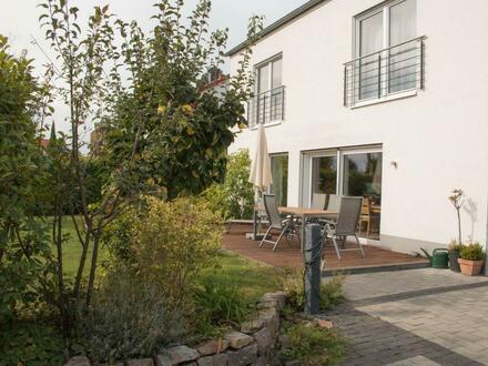 Im Neubaugebiet von Geisenheim: modernes helles Einfamilienhaus
