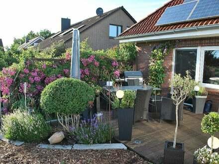 Idyllisch schmiegt sich die schön eingewachsene Terrasse ans Haus