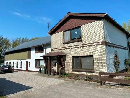 Geräumiger Resthof mit 2 Wohnungen, Ausbaupotential und ca. 3 Hektar arrondiertem Grünland