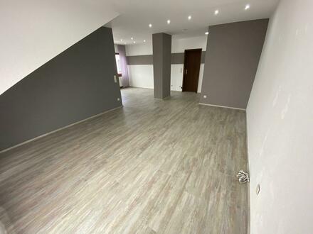 Schöne, lichtdurchflutete 2,5 Zimmer Dachgeschosswohnung