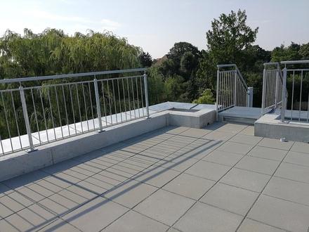 Traumhafte Dachgeschoßwohnung mit Balkon, Dachterrasse und Blick ins Grüne!