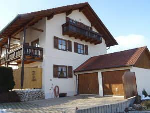 Junges Wohnen mit Niveau: Pfiffige 3 1/2 Zi.-Dachgeschoss-ETW in ruhiger Dorflage