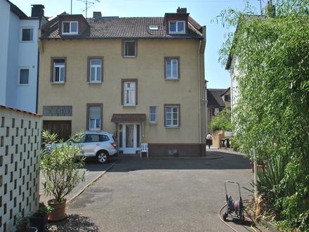 Frankfurt-Schwanheim: 3-Familienhaus mit großem Grundstück