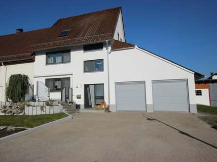 Großzügige Doppelhaushälfte mit weitläufigem Grundstück in Hüttisheim