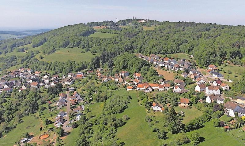 Oben der Potzberg-Gipfel, drumherum Wald: In Föckelberg könne man viel Natur erleben, sagt der Bürgermeister.