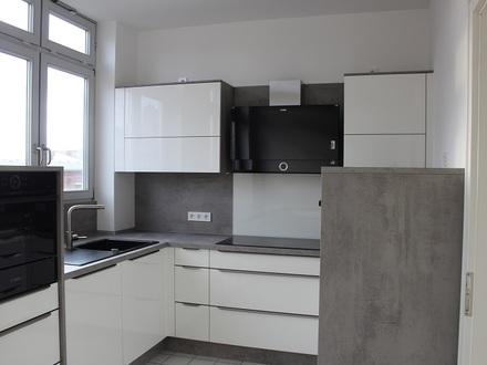 TT bietet an: Helle & freundliche 6-Zimmer Wohnung mit Fahrstuhl und Balkon in der Innenstadt!