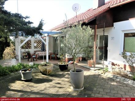 Traumhaft und ruhig gelegen: Einfamilienhaus mit Einliegerwohnung und großem Garten