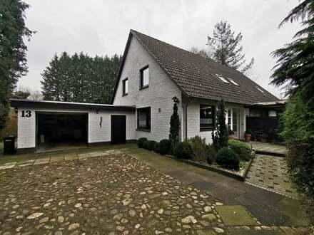 Still gelegenes Zweifamilienhaus mit großen Grundstück und eigenem Wellnessbereich