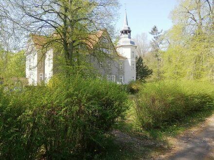 Jagdschloss auf großem Grundstück in ruhiger, grüner Umgebung mit Nebengebäuden