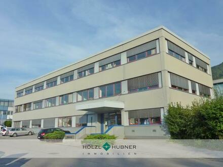 Großzügiges Betriebsobjekt mit Büroflächen und Hochregallager