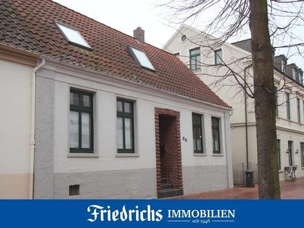 Charmante, teilw. renovierungsbedürftige Doppelhaushälfte in zentraler Lage in Brake