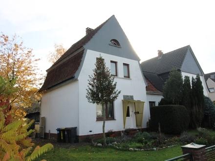 Doppelhaushälfte + Baugrundstück Nähe Freizeitbad zum Preis für eins.