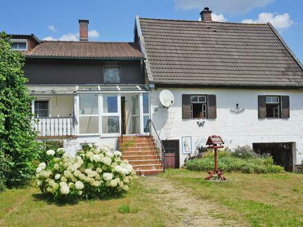 Zwei ältere Häuser in ländlicher Lage