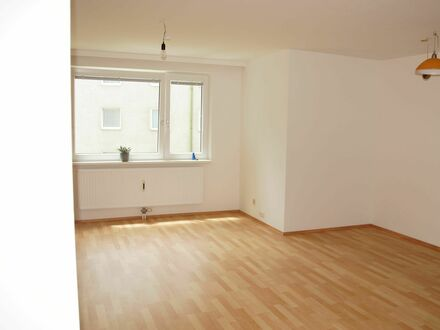 zentrale Lage, Wohnzimmer mit Gartenblick