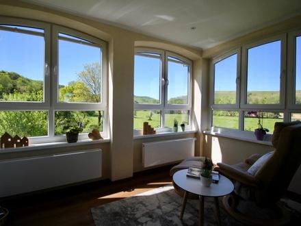 Stilvolles Zweifamilienhaus in schöner Feldrandlage mit Blick auf den Soonwald