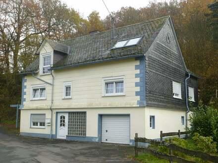 Freistehendes Einfamilienfachwerkhaus mit Garage und viel Gartenland