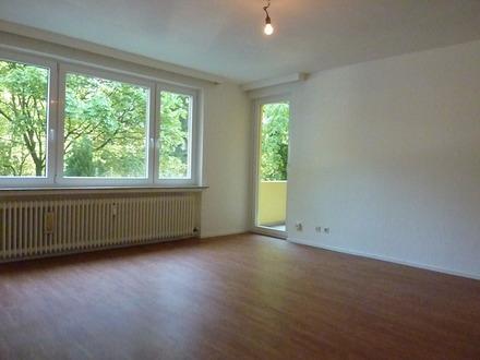 Von Privat: Großzügige 2 Zi.-Whg. mit Balkon.