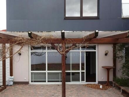 Vielseitige Gewerberäume für Büro; Praxis und Wohnen mit Terrasse und Garten