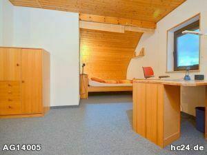 Helles möbliertes Zimmer mit eigenem separaten Bad in Nürnberg Oberasbach.
