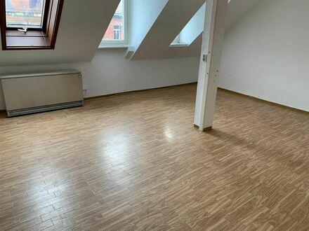 CITY **Gemütliche DG Wohnung ca. 80 m² ** für 3er WG **